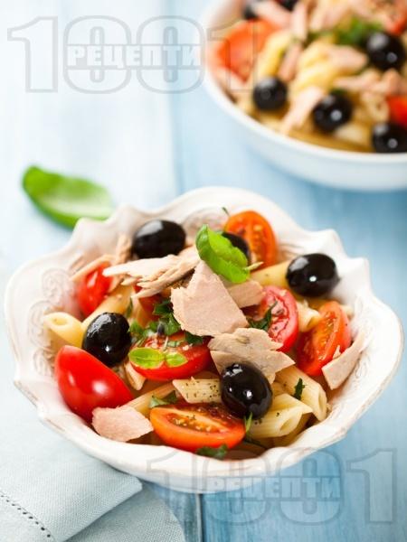Италианска салата с паста пене (макарони), чери домати, маслини и риба тон - снимка на рецептата